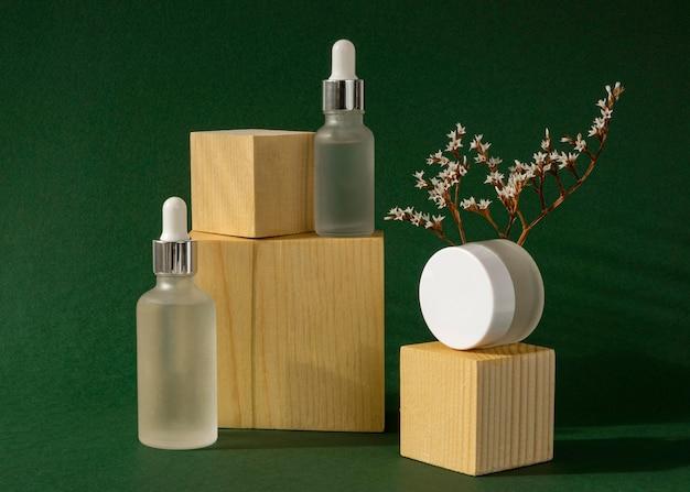 Assortimento di contagocce per olio per la pelle e destinatari di creme per il viso Foto Gratuite