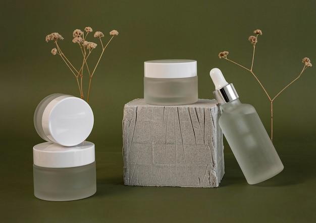 Composizione contagocce olio per la pelle e destinatari di crema per il viso Foto Gratuite