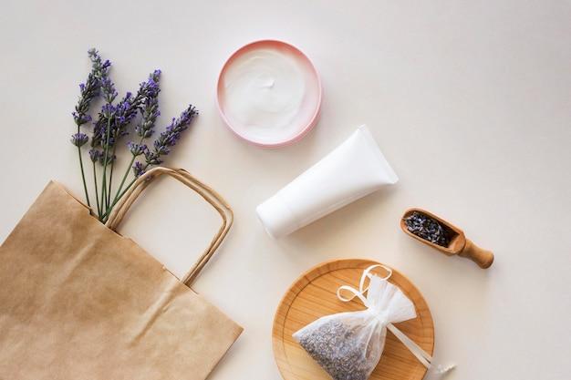 Prodotti per la cura della pelle e shopping bag di carta Foto Gratuite