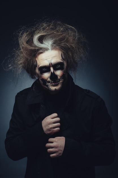 Ritratto di trucco del cranio del giovane Foto Gratuite