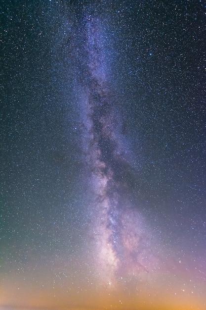 별과 은하수로 가득한 하늘. 프리미엄 사진