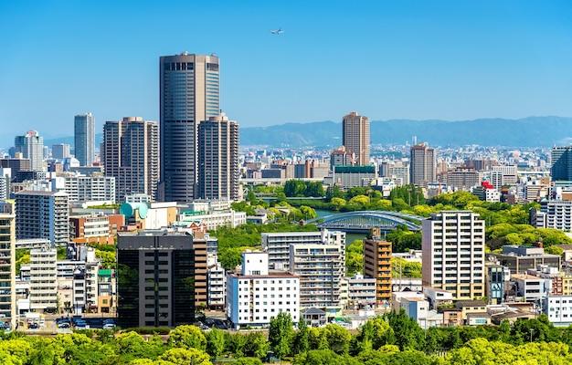 Горизонты города осака в японии, вид из замка Premium Фотографии