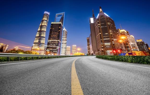 Дорожная площадка и городской современный архитектурный ландшафт skyline Premium Фотографии