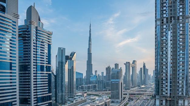 Коммерческое здание небоскреба в объединенных арабских эмиратах Premium Фотографии