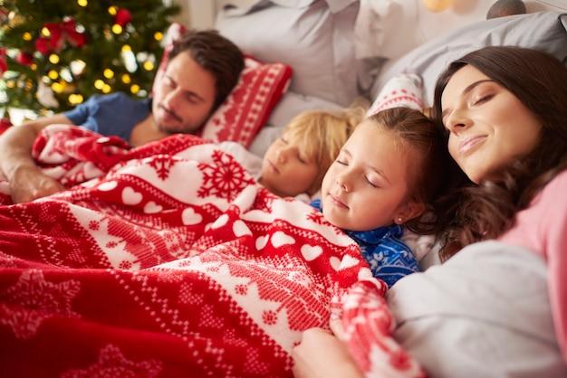クリスマスの朝に眠っている家族 無料写真