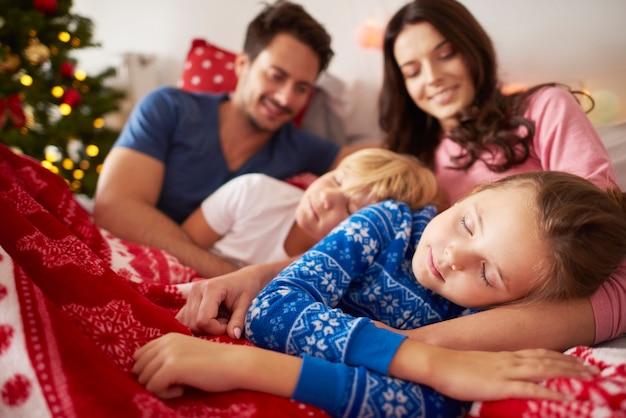 クリスマスの朝に眠っている子供たち 無料写真