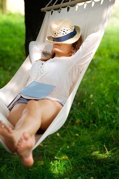 ハンモックで寝る 無料写真