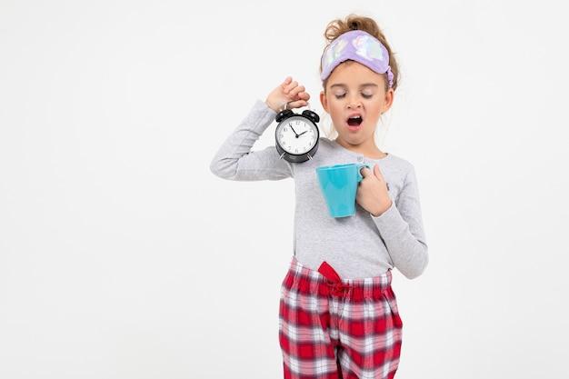 Сонная девушка в пижаме только что проснулась и зевает с копией пространства Premium Фотографии