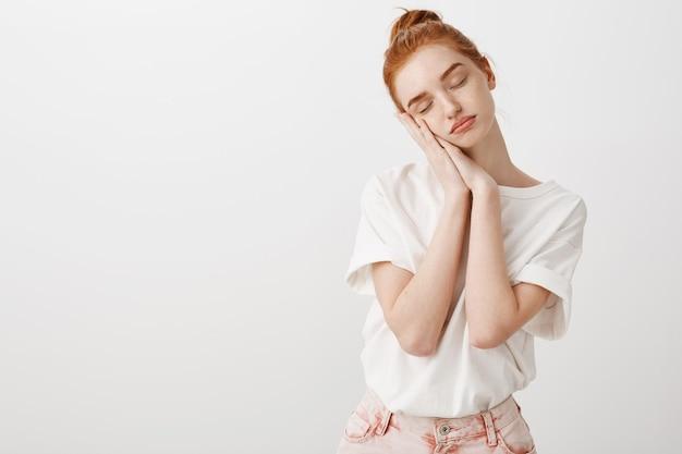 眠そうな赤毛の女の子、手のひらにもたれ、目を閉じて、昼寝 無料写真