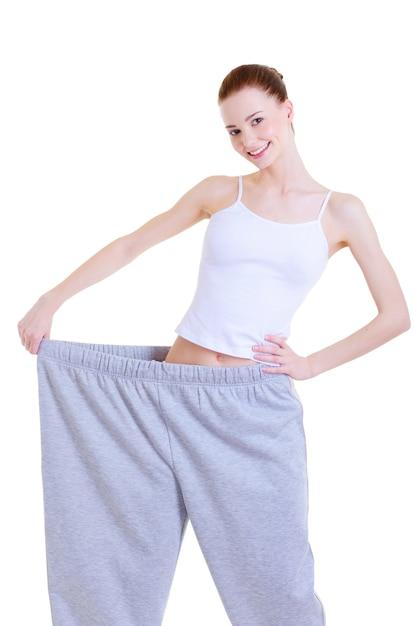 다이어트 후 큰 바지에 날씬한 젊은 예쁜 여자 무료 사진
