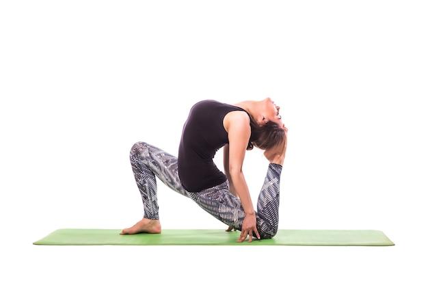 Стройная молодая женщина упражнения йоги. изолированные на белом фоне. Бесплатные Фотографии