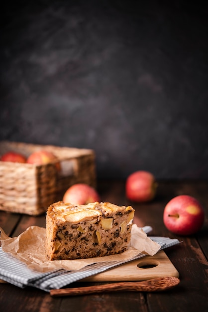 Slice of cake with apples and wooden spoon Free Photo