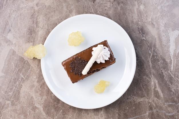 Fetta di torta al cioccolato sulla zolla bianca. Foto Gratuite