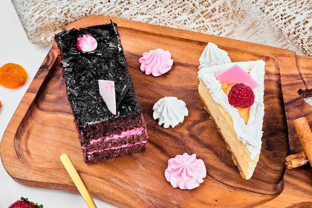 Una fetta di cheesecake al cioccolato con frutti di bosco. Foto Gratuite