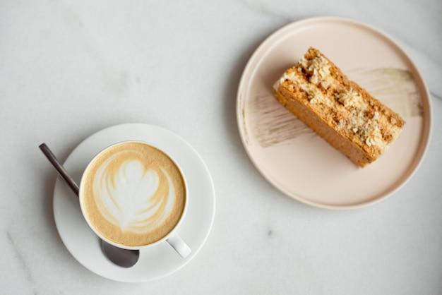 右側のキャラメルケーキとフォークのスライス。ホットコーヒー、トップビュー Premium写真
