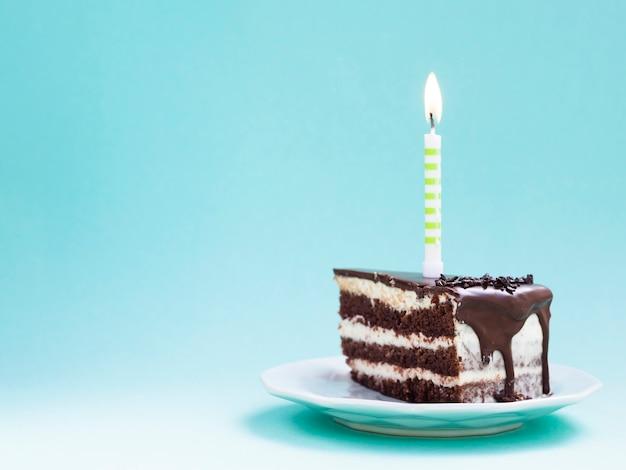 Ломтик шоколадного торта ко дню рождения Premium Фотографии