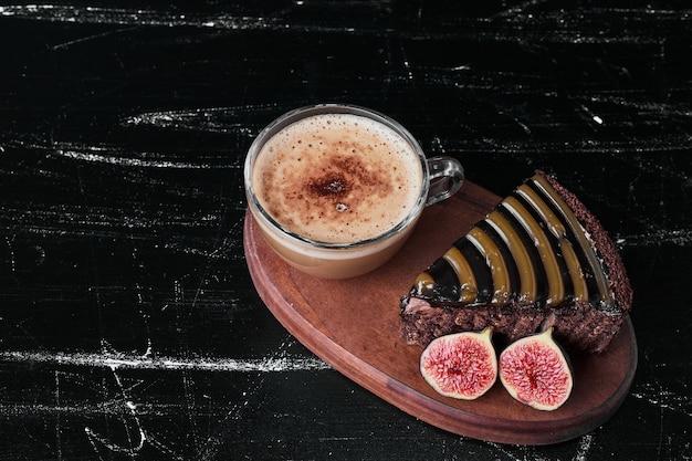 一杯のコーヒーとチョコレートケーキのスライス。 無料写真