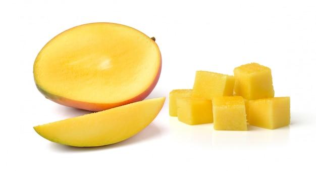 Ломтик свежего манго на белом фоне Premium Фотографии