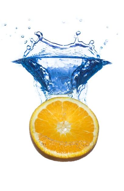水滴のスプラッシュとレモンのスライスは白で隔離 無料写真