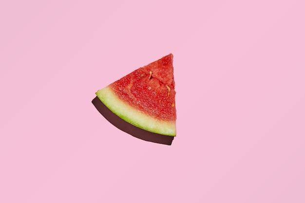 固い影のピンクに分離されたミニスイカのスライス。 Premium写真