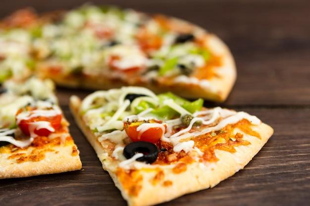 トッピングのピザのスライス Premium写真