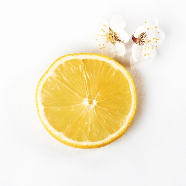白で熟したレモンの柑橘系の果物をスライスします。 無料写真
