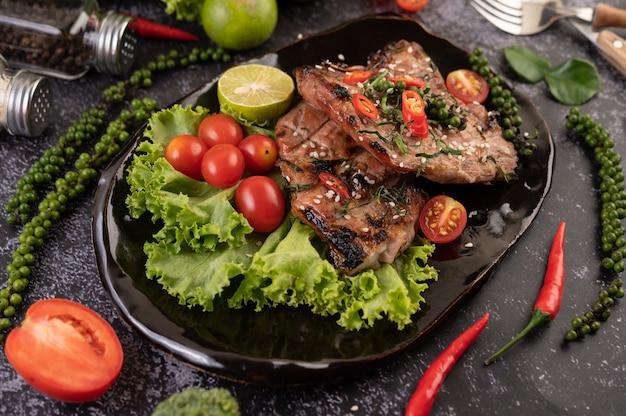 흰 참깨와 신선한 후추 씨앗을 얹은 돼지 고기 스테이크 슬라이스. 무료 사진