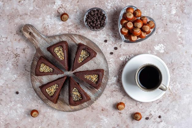Нарезанный пирог брауни с фундуком. Бесплатные Фотографии