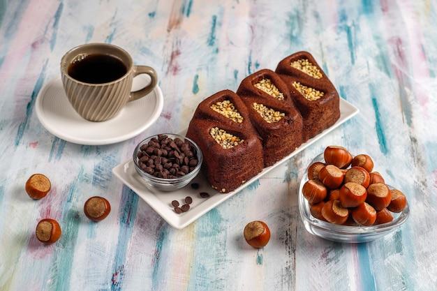 Torta brownie a fette con nocciole. Foto Gratuite