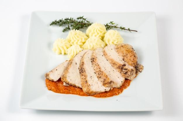 으깬 감자와 함께 소스에 닭 가슴살 슬라이스 무료 사진