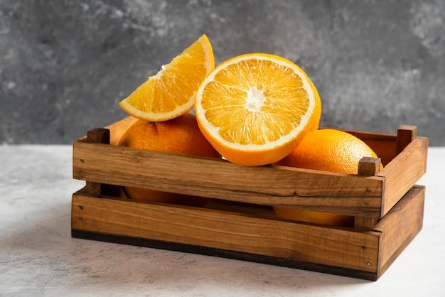 Нарезанные свежие апельсины на мраморе. Бесплатные Фотографии