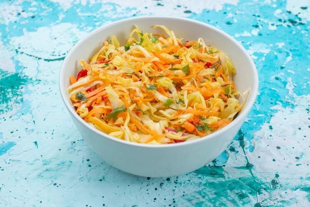 Нарезанные свежие овощи длинные и тонкие кусочки салата внутри круглой тарелки на синем Бесплатные Фотографии
