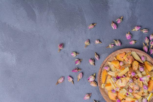 Тарелка нарезанных фруктов с цветами на синем. Бесплатные Фотографии