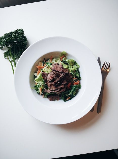 Sliced grilled beef with salad Free Photo