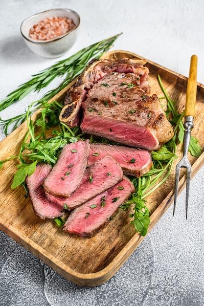 구운 스트립로 인 쇠고기 고기 스테이크 슬라이스 프리미엄 사진