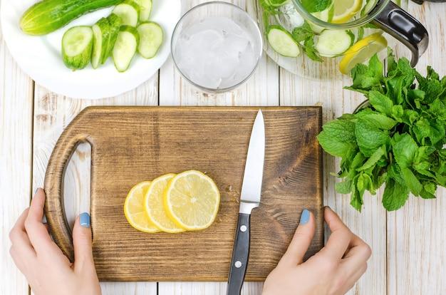 Sliced lemon on cutting board prepared for lemonade. Premium Photo