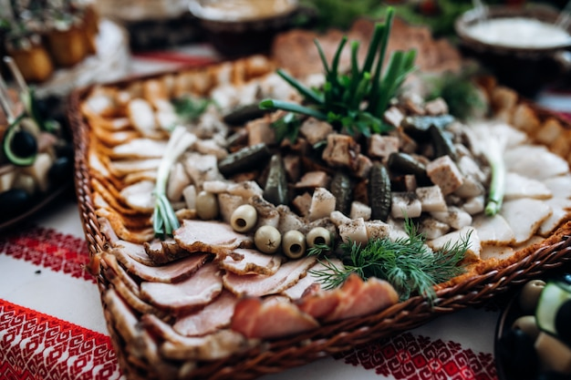 얇게 썬 고기 및 기타 간식은 축하 테이블에 있습니다. 무료 사진