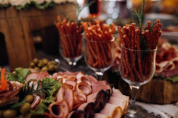 얇게 썬 고기 및 기타 간식이 테이블에 있습니다. 무료 사진