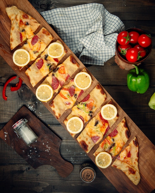 Sliced pide topped with lemon Free Photo
