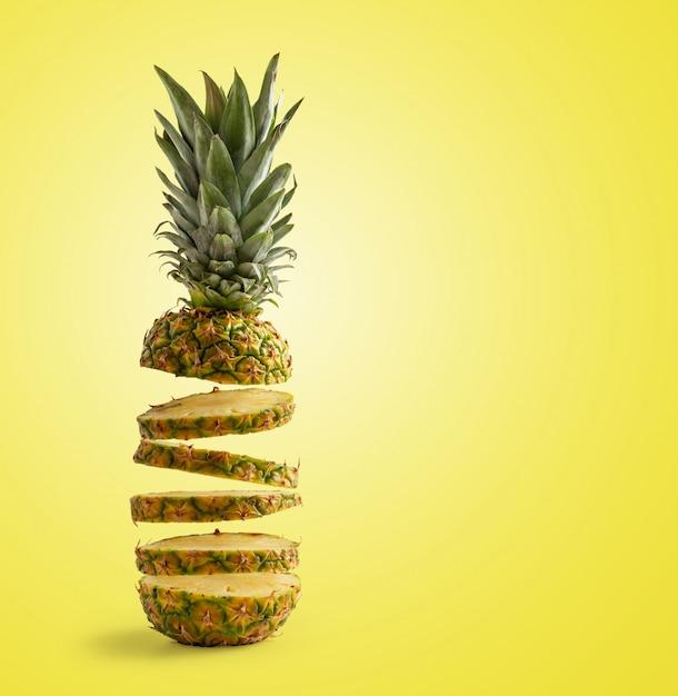 Нарезанный ананас, летящий на желтой стене, концепции лета и свежести. копировать пространство Premium Фотографии
