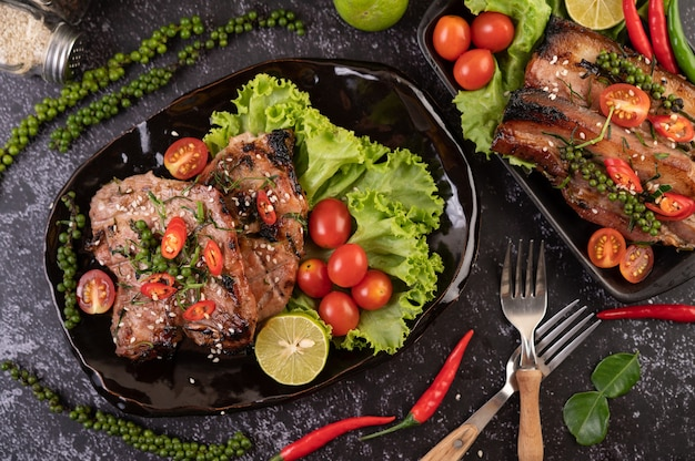 スライスした豚肉のステーキに白ごまと唐辛子の種をのせて。 無料写真