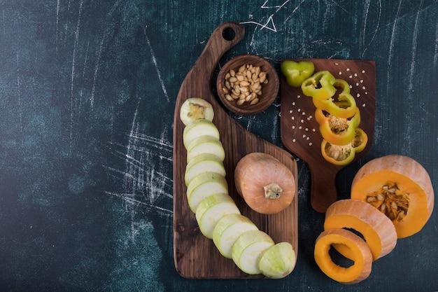 Zucca, zucchine e peperoni a fette con noci Foto Gratuite
