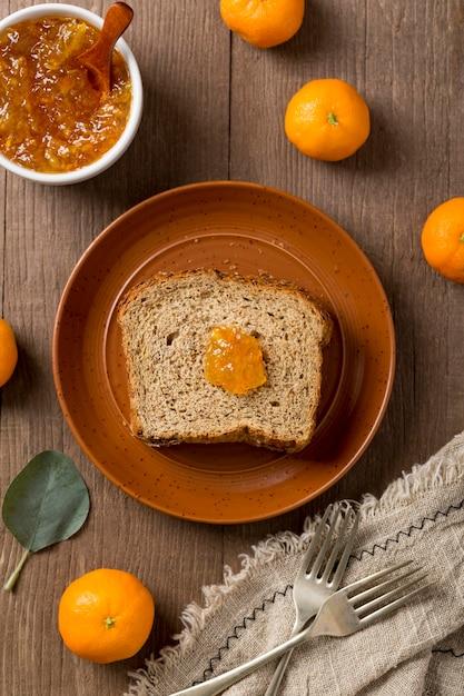 Ломтики хлеба с мандарином домашнего вкусного варенья Бесплатные Фотографии