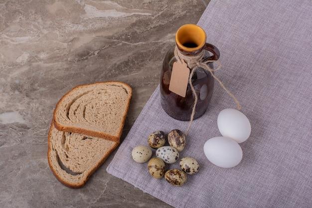 ウズラと鶏の卵とパンのスライス 無料写真