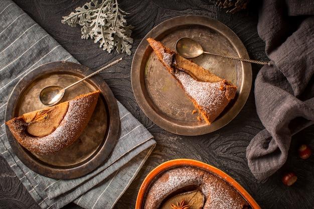 さびた皿に梨ケーキのスライス 無料写真
