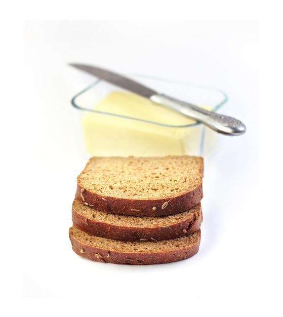 ガラス容器にライ麦パンとバターのスライス Premium写真