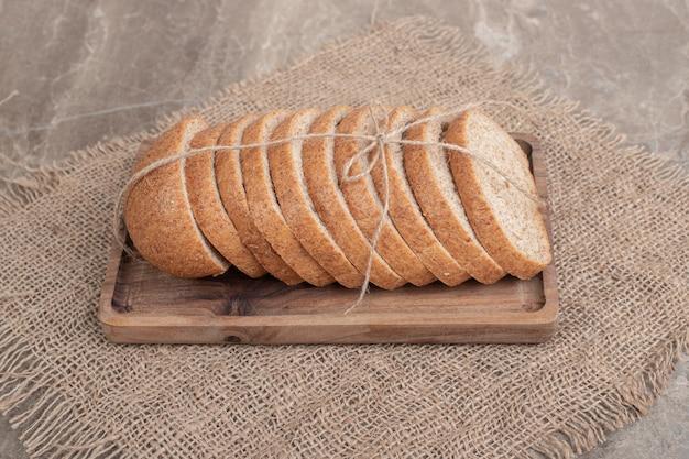 黄麻布と木の板にライ麦パンのスライス。高品質の写真 無料写真