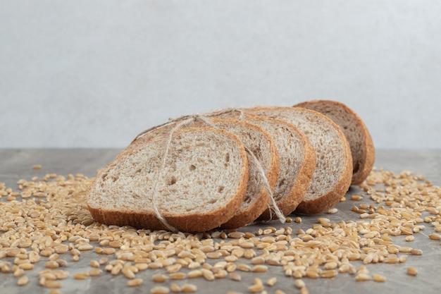大理石のテーブルに穀物とライ麦パンのスライス。高品質の写真 無料写真