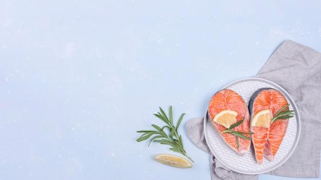 白い皿にサーモンのスライス Premium写真