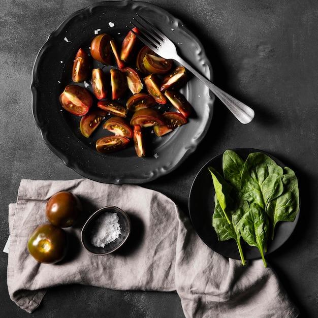 Fette di pomodoro con verdure e sale Foto Gratuite